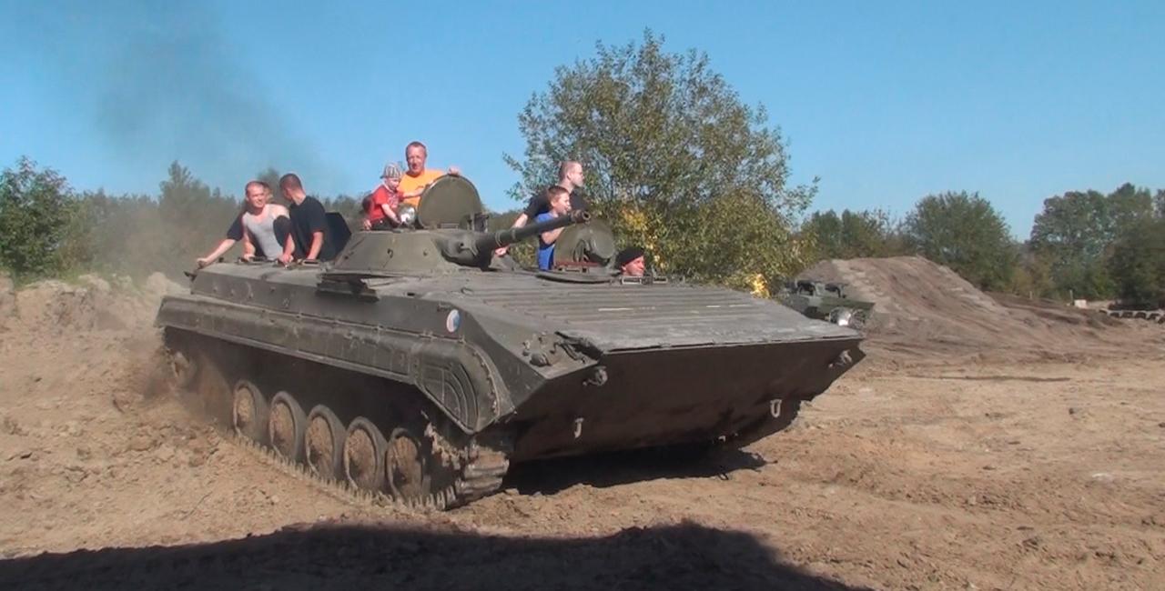 Beifahrer im BMP 1 Schützenpanzer in Grimmen, Raum Stralsund