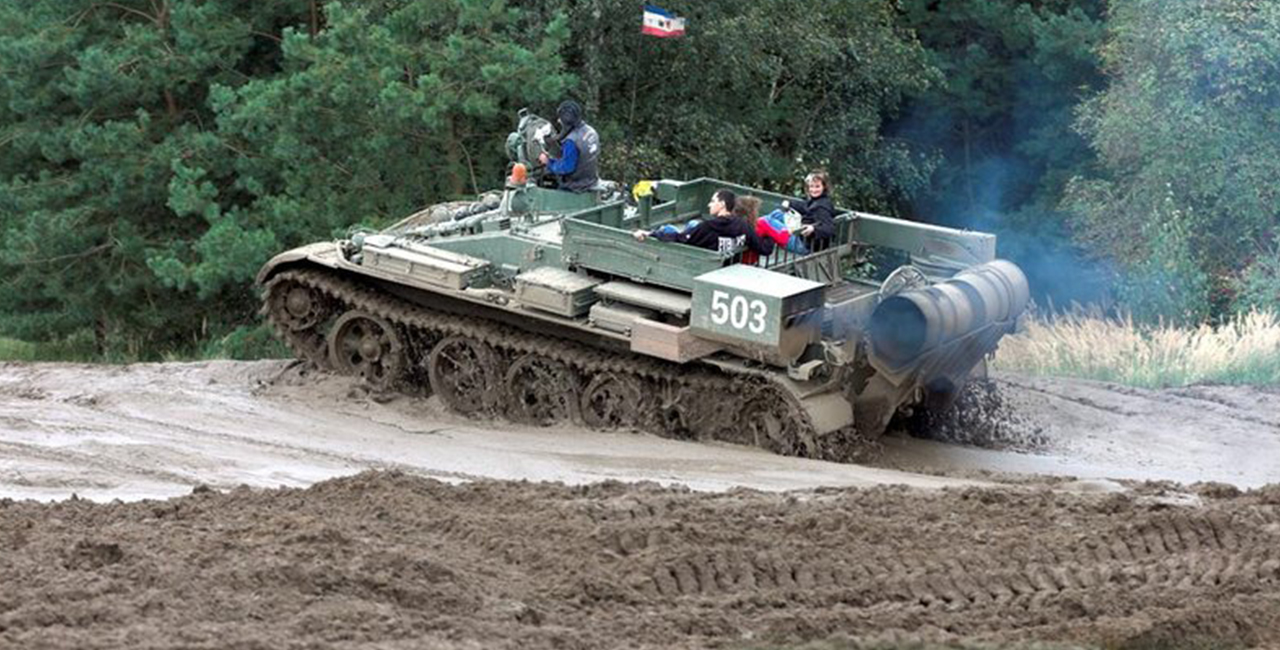 BMP Schützenpanzer & Bergepanzer T55 fahren in Steinhöfel